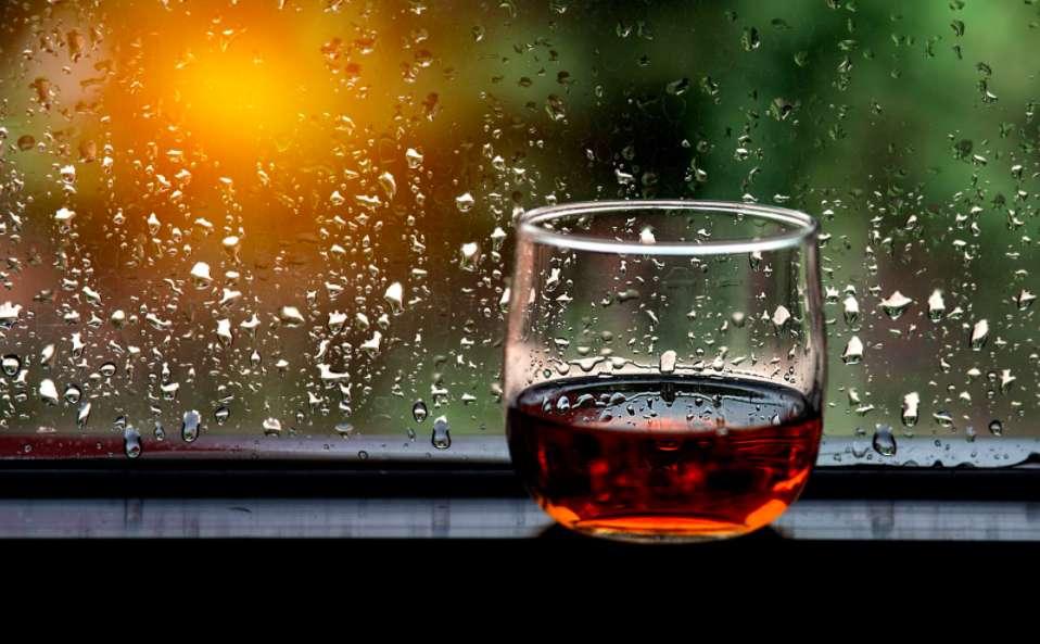 濡れた窓ガラスとお酒