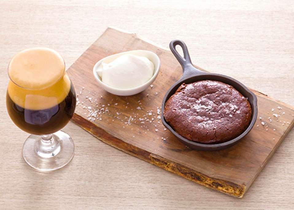 チョコレートケーキとクラフトビール