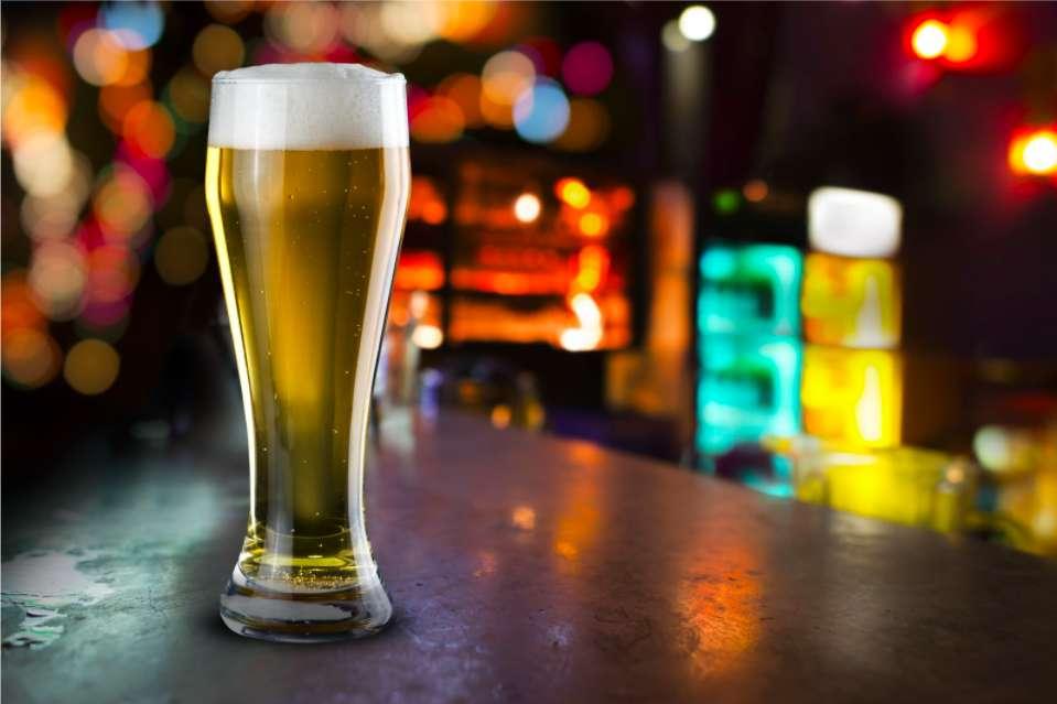 バーにビールがある写真