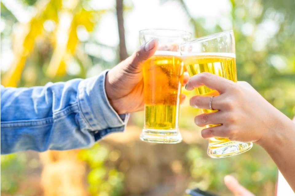 ビールで乾杯している写真